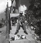 René Auberjonois avec les chiens d'Albert Muret, Lens, 1915, photographie d'A. Muret (fonds R. Auberjonois, © CLSR)