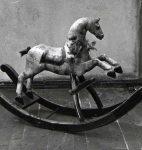 Cheval à bascule (fonds René Auberjonois, © CLSR)