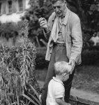 C. F. Ramuz et son petit-fils Guido Olivieri à La Muette, 1943, photographie d'Henry-Louis Mermod (fonds H.-L. Mermod, CLSR)