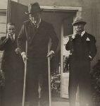 Jean Giraudoux sur des échasses avec Henry Bischoff à Fantasie, chez Henry-Louis Mermod (Fonds H.-L. Mermod, © CLSR)