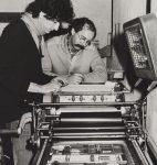 François Rossel et Bruno Ackermann préparant « La Demeure des heures de peine » (Editions Empreintes), 1985 (fonds de la Librairie du Grand-Chêne, © CLSR)