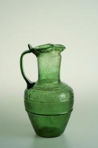 """Oenochoé en verre provenant du trésor du """"Tombeau de Déméter""""."""