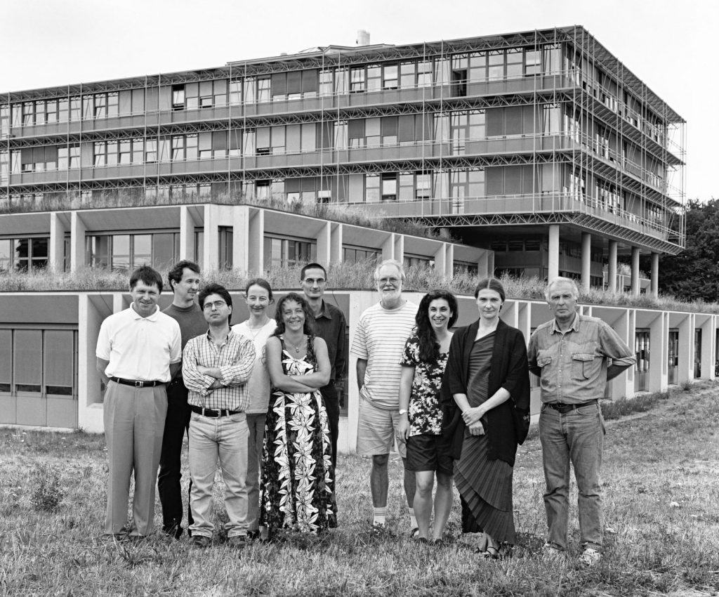 Jacques Dubochet team LAU, in front of the Biophore. From left: STASIAK Andrzej, DOBAY Akos, AL-AMOUDI Ashraf, HOIDN UBERTINI Phoebe, SARTORI BLANC Nathalie, BUCKA Alexander, DUBOCHET Jacques, EL-BEZ Catherine, LEFORESTIER Amélie, ADRIAN Marc. © Willy Blanchard, EMF, Université de Lausanne