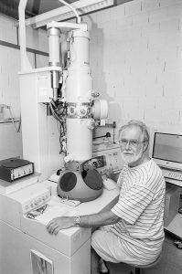 Professeur Jacques DUBOCHET, au CM100 Philips, LAU, Biophore. © Willy Blanchard, EMF, Université de Lausanne