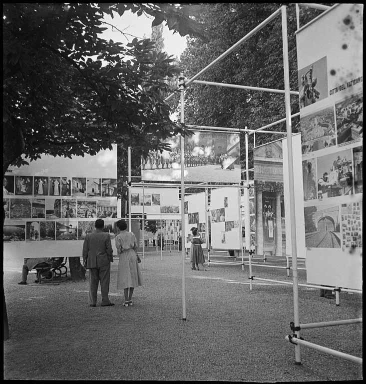 identifier:=:CH-000076-6 FDC 76/2067.1#title:=:AusstellungswŠnde unter freiem Himmel#artist:=:Max A. Wyss (1908-1977)#copyright:=:Stiftung Fotodokumentation Kanton Luzern#Bildverwaltung:=:Staatsarchiv Luzern#