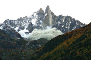 La face ouest du Petit Dru (3733m, Massif du Mont-Blanc) avec le nuage de poussière provoqué par l'éboulement d'octobre 2011. Pas moins de 59'000 m3 de roche se sont effondrés entre le 15 septembre et le 30 octobre 2011. Photos : L. Ravanel et J. Malbert.
